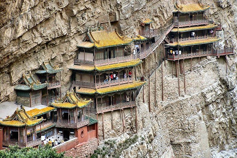 Lạ lùng ngôi chùa nghìn năm tuổi cheo leo trên vách đá ở Trung Quốc: Cả công trình được nâng đỡ bởi vỏn vẹn vài thân gỗ nhưng vững chãi không ngờ